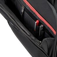 Stor fremre lomme med glidelås med fullstendig organisering.